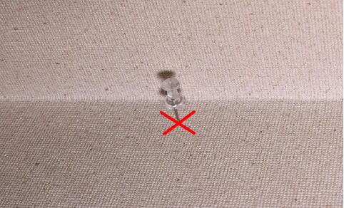 足長ピンを刺すと根元まで簡単に刺さらず下地の位置がわかります