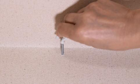 下穴をあけたらフックを根元まで手でしっかりねじ込みます。きつい場合はペンチなど使用しても構いませんがフックが傷つかないようにあて布などを使いましょう。